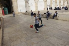 Palestinian kids spend their time at the garden of Al-Aqsa Mosque in Jerusalem on November 20, 2016. [Muammar Awad - Anadolu Agency]