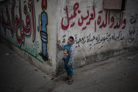 GAZA CITY, GAZA - NOVEMBER 20: Palestinian children work under difficult conditions due to Israeli embargo over Gaza during the World children's day, on November 20, 2016 in Gaza City, Gaza. ( Ali Jadallah - Anadolu Agency )