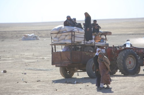 Internally relocated people, who fled their homes due to the clashes, wait to be placed at refugee camps, as the operation to liberate Iraq's Mosul from Daesh continues [Feriq Fereç - Anadolu Agency]