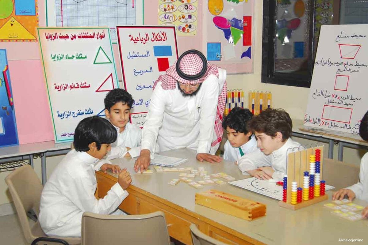 Image of Saudi teacher helping his pupils [Alkhaleejonline]