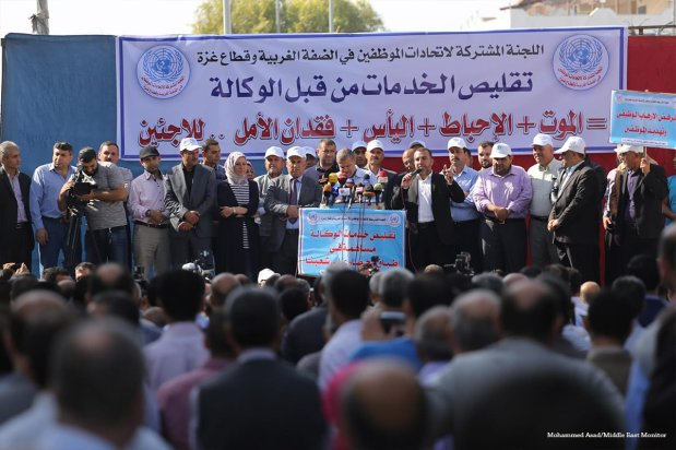 UNRWA staff in the Gaza Strip strike in protest against the organisation's neglect of its employees and their rights on14 November 2016 [Mohammed Asad/Middle East Monitor]