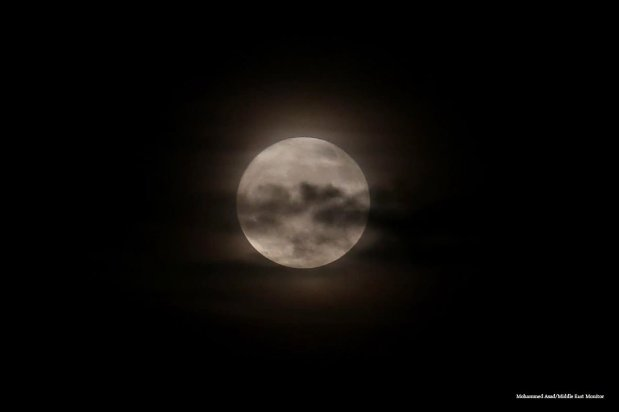 Good night: The supermoon comes out over Gaza on 14th November 2016 [Mohammed Asad/Middle East Monitor]