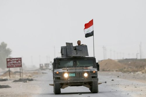 The Iraqi Army patrol the streets as the operation to to retake Iraq's Mosul from Daesh terrorists continues on 1 November 2016 [Ahmet İzgi/Anadolu Agency]