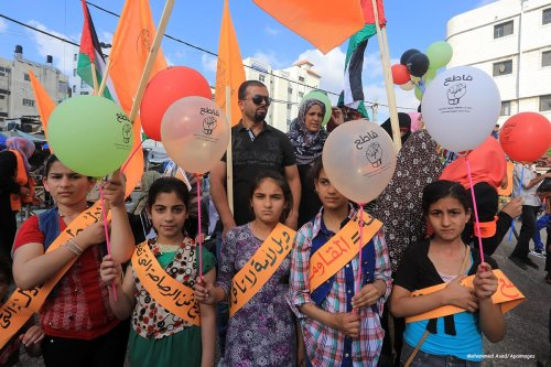 Palestinians hold balloons with Arabic writing reads 'boycott', during a rally for BDS in Gaza city on June 14 2015 [Mohammed Asad/Apaimages]