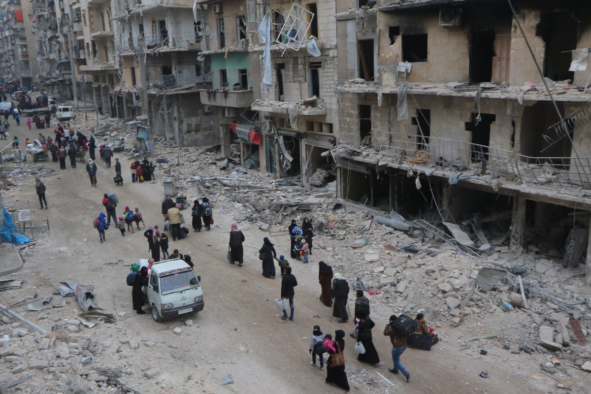 Syrians living in Aleppo flee the city due to ongoing regime forces attacks and move to opposition controlled areas on December 1,2016 [Ibrahim Ebu Leys/Anadolu Agency]