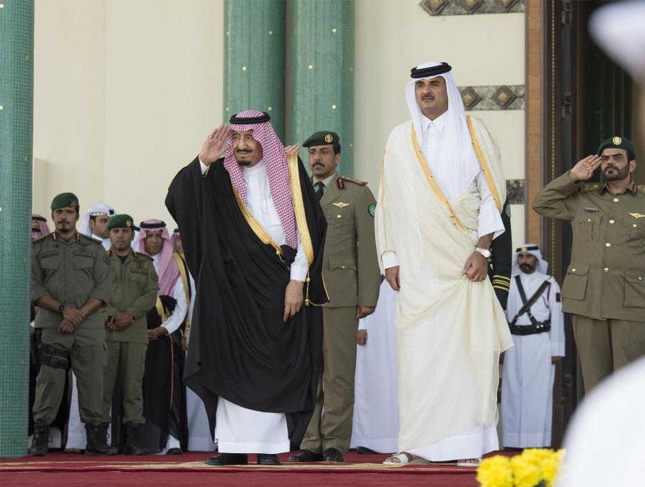Saudi King Salman bin Abdulaziz (L) is welcomed by Emir of Qatar Sheikh Tamim bin Hamad Al Thani (R) in Doha, Qatar on 5 December 2016 [Bandar Algaloud/ Saudi Kingdom/ Handout/Anadolu Agency]