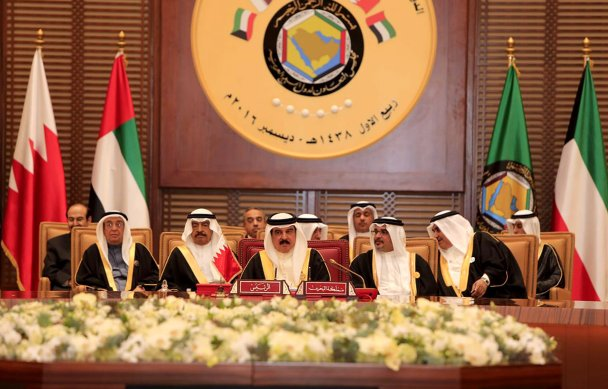 King of Bahrain, Hamad bin Isa Al Khalifa (C) at Al-Sakhir Palace in Manama, Bahrain on December 6 2016 [Stringer / Anadolu Agency]