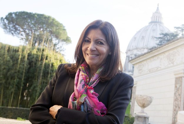 Paris' Mayor Annie Hidalgo poses for a picture during a pause of a summit of European mayors on refugees, in Vatican City, Vatican on December 10, 2016 [Riccardo De Luca / Anadolu Agency]