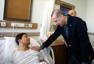 Turkish President Recep Tayyip Erdogan visits the injured police officers at Bezmialem Hospital in Istanbul, Turkey on December 11, 2016 [Kayhan Özer / Anadolu Agency]