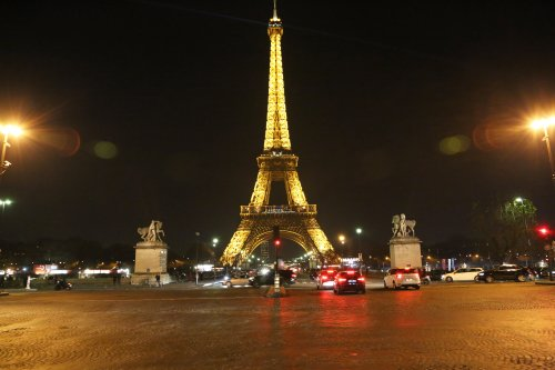 The Eiffel Tower is seen before turned off its lights, for supporting civilians in Aleppo, in Paris, France on December 14 2016 [Mustafa Sevgi / Anadolu Agency]