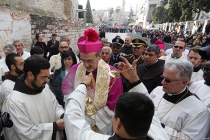 Archbishop Pierbattista Pizzaballa (C), apostolic administrator of the Latin Patriarch of Jerusalem attends the religious mass near the Church of the Nativity ahead of the Christmas in Bethlehem, West Bank on December 24, 2016 [Issam Rimawi / Anadolu Agency]