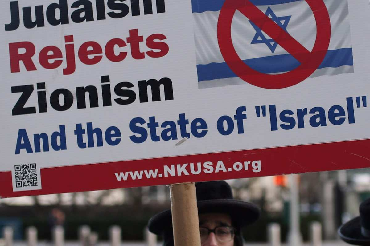 Members of Orthodox Jews hold banners during a protest to celebrate UN decision to condemn Israeli settlements outside the United Nations headquarters [Mohammed Elshamy / Anadolu Agency]