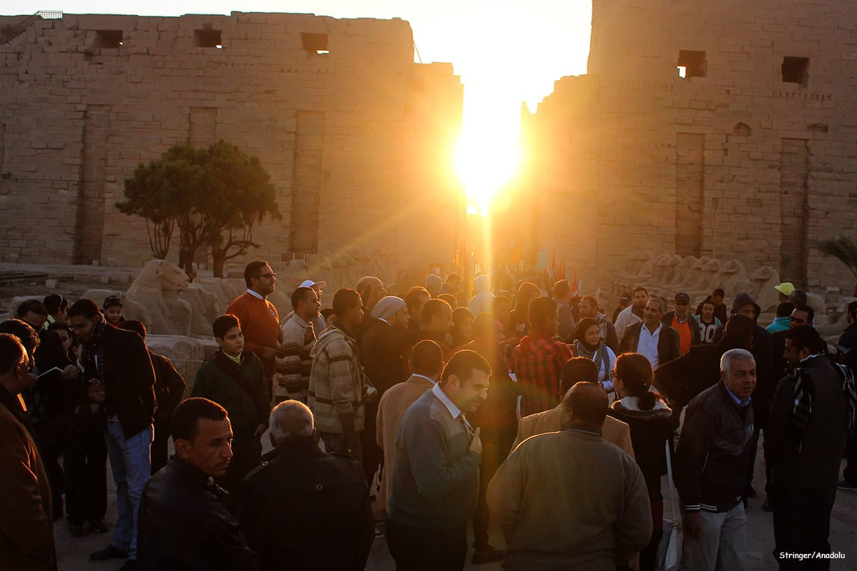 Tourists gather to watch the sunrise on the day of the winter solstice in Egypt on 21 December 2016 [Anadolu Agency]‬