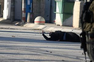 Israeli forces shot a Palestinian woman at Qalandia checkpoint [ Issam Rimawi/Anadolu]