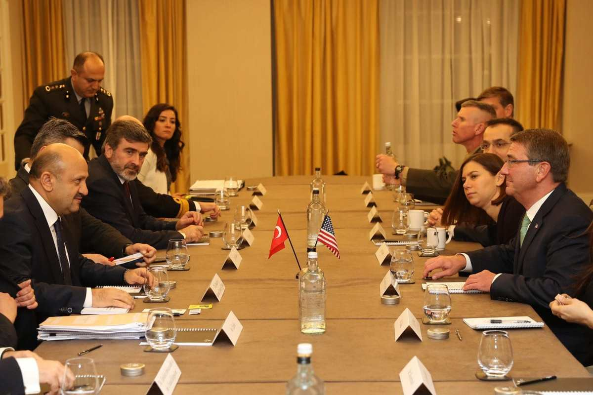 LONDON, UK: Turkish National Defence Minister Fikri Isik (L) and US Secretary of Defence, Ashton Carter (R) attend an international anti-Daesh meeting on 15 December 2016. [Ozgur Yurdakadim/Turkish National Defence Ministry - Anadolu Agency]