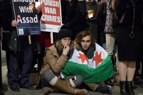 People in London come together at Trafalgar Square, central London, in a candle vigil to condemn massacres and attacks in Aleppo over Syrian civilians in United Kingdom on December 20, 2016 [Isabel Infantes / Anadolu Agency]