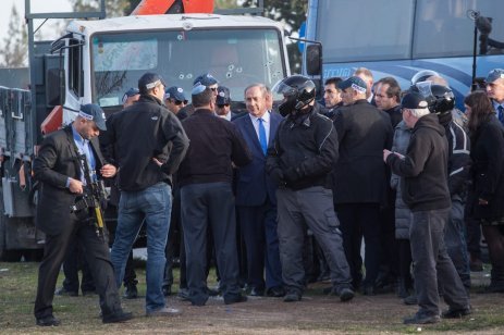 JERUSALEM: Israeli Prime Minister Benjamin Netanyahu (C) inspects the scene after a truck rammed into Israeli soldiers in Jerusalem on 8 January 2017. Four soldiers were killed and a further 15 were injured. [Stringer/Anadolu Agency]