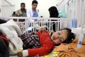 A Yemeni baby receives treatment at the Sabaeen hospital in Sanaa, Yemen on 18 January 2017 [Mohammed Hamoud/Anadolu Agency]