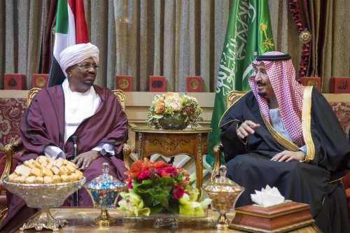 President of Sudan Omar Al Bashir (L) meets Saudi Arabia's King Salman bin Abdulaziz Al Saud (R) at Palace of Yamamah in Riyadh, Saudi Arabia on 23 January 2017. [Bandar Algaloud/Saudi Royal Council]