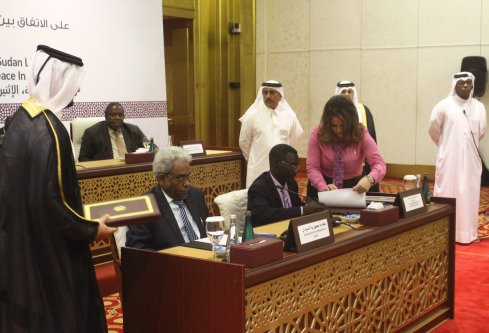 Vice President of Sudan, Amin Hassan Omar (2nd L) and Sudan Liberation Movement-Second Revolution (SLM-SR) leader Abu Al Qasim Imam (2nd R) sign a framework peace agreement in Doha, Qatar on January 23 2017 ( Ahmed Youssef Elsayed Abdelrehim - Anadolu Agency )