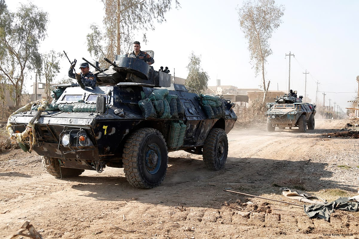 Iraqi Federal Police members stand guard as the operation to retake Iraq's Mosul from Daesh terrorists continues on January 14 2017 [Yunus Keleş/Anadolu]