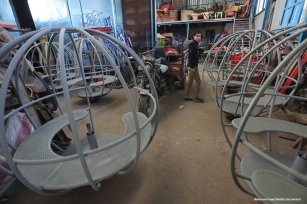Image of Palestinians building rides of a children's park [ Mohammed Asad/Middle East Monitor]