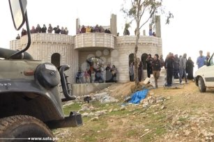 Image of the Palestinians who were occupying the property in order to stop the demolition [safa]