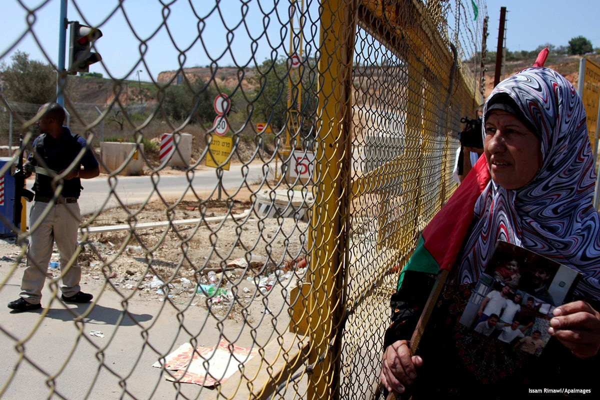 Image of a Palestinian women protesting outside of an Israeli prison [Issam Rimawi/Apaimages]