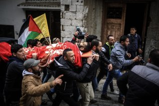 RAFAH, GAZA - FEBRUARY 09: (EDITORS NOTE: Image depicts death.) Palestinians carry the body of Muhammed Enver el-Akra (38), who was killed by Israeli forces, during a funeral ceremony in Rafah, Gaza on February 09, 2017. His dead body was brought from the Abu Yusuf Necar Hospital's morgue to his home in Sheikh Ridvan district of Gaza. ( Ali Jadallah - Anadolu Agency )