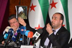 Spokesman for the High Negotiations Committee (HNC) Salim al-Muslat (L), Head of opposition committee Nasr Hariri (C) and Homs Front Commander Fatih Hassoun (not seen) hold a press conference after session on the third day the fourth round of the intra-Syrian talks, marking the first time the Syrian regime and opposition delegations have returned to negotiations in Geneva on February 25, 2017 [Mustafa Yalçın / Anadolu Agency]