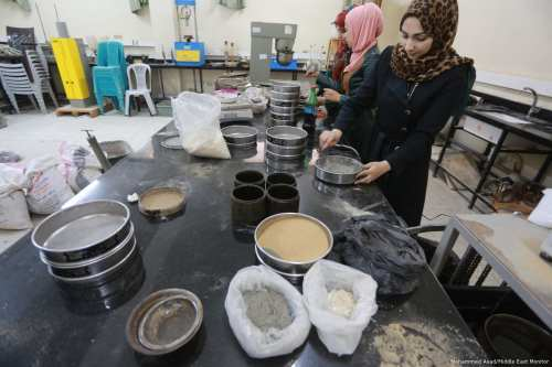 Students from Gaza create a new type of plaster cement using broken glass [Mohammed Asad/Middle East Monitor]