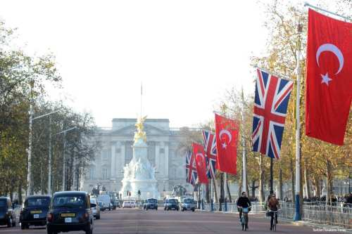 Image of Buckingham palace with UK and Turkish flags [Twitter/Anakara Times]