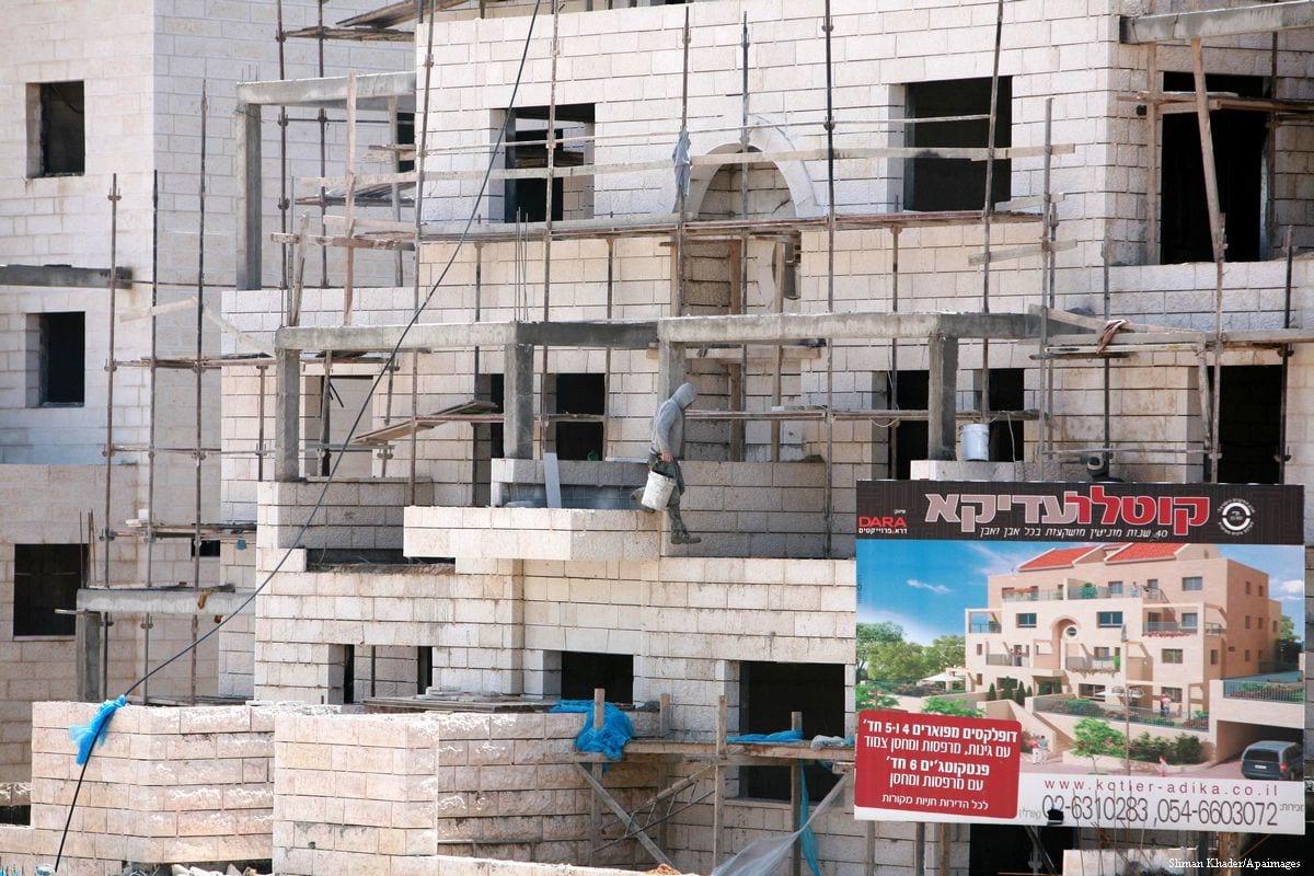 Image of labourers building units of homes for Jewish settlers in East Jerusalem [Sliman Khader/Apaimages]