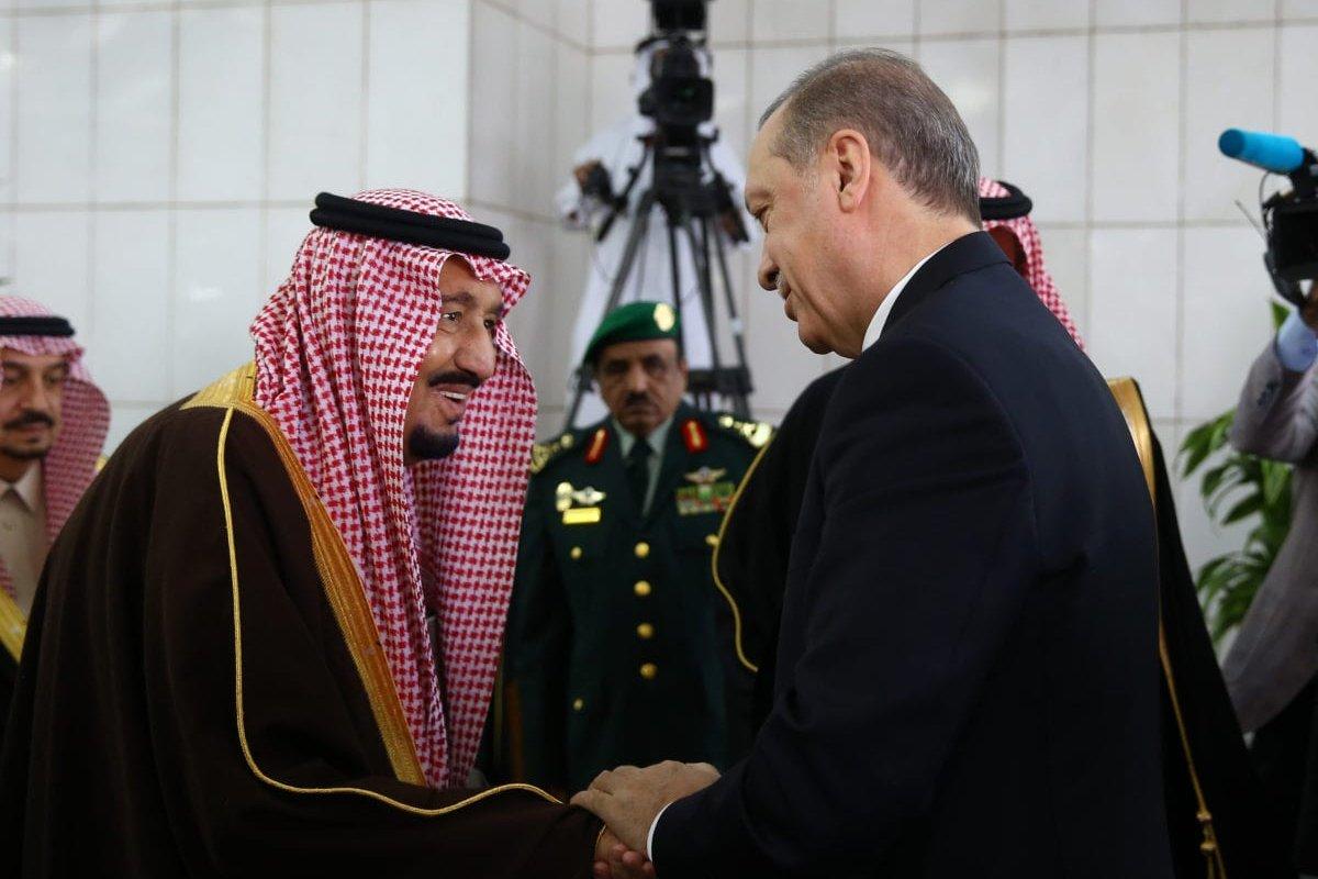 Turkish President Recep Tayyip Erdogan (L) meets King of Saudi Arabia Salman Bin Abdulaziz (R) in Riyadh, Saudi Arabia on 14 February 2017. [Kayhan Özer/Anadolu Agency]