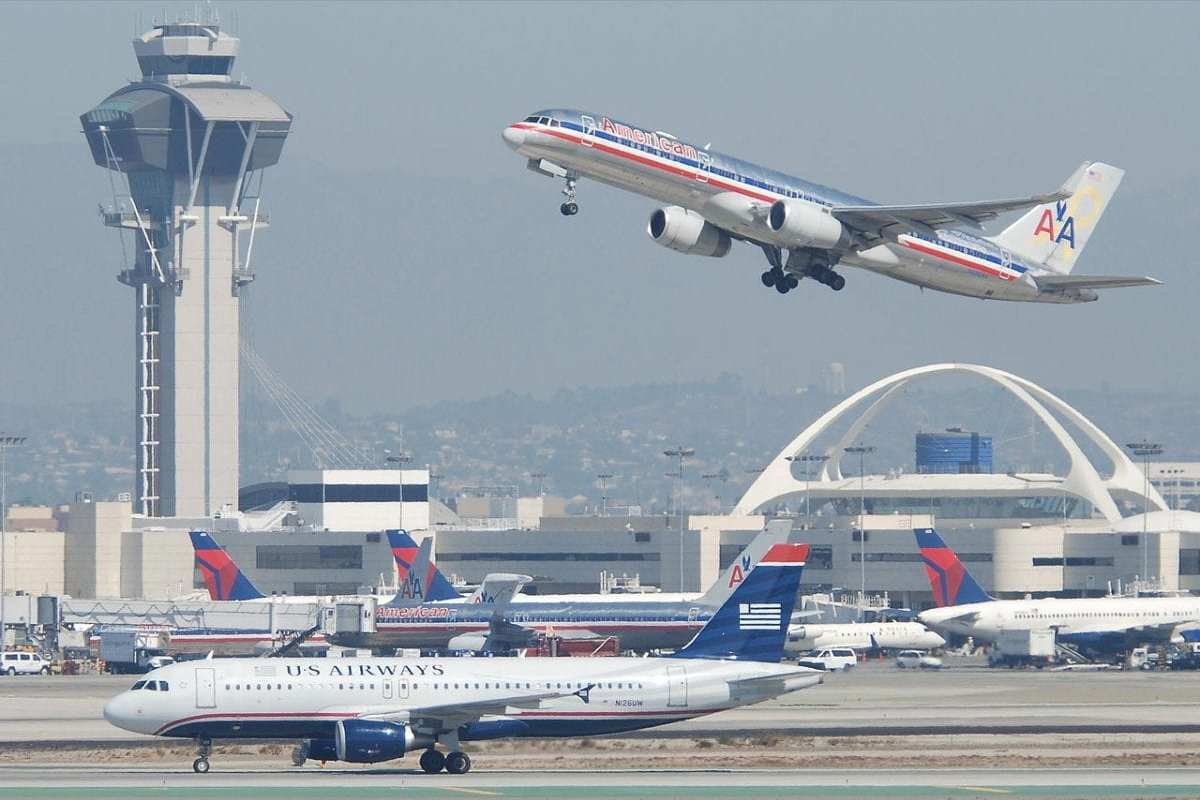 File photo of an American Airlines plane taking off [Aero Icarus / Wikipedia]