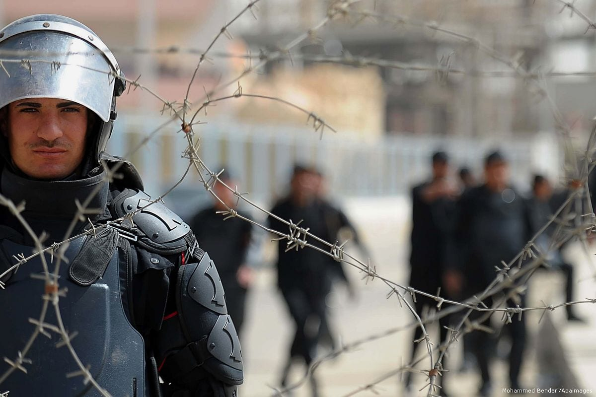 Image of Egyptian security forces guarding a prison in Egypt on 4th April 2015 [Mohammed Bendari/Apaimages]