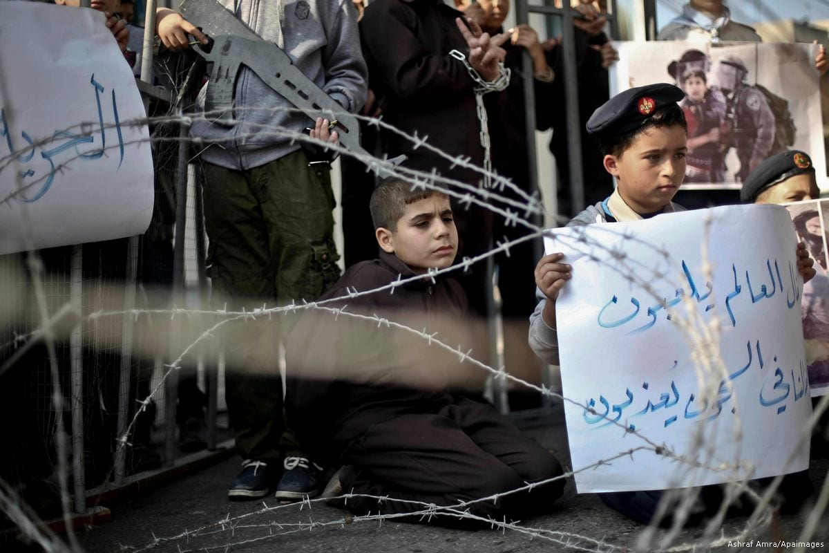 Palestinian children take part in a protest demanding the release of prisoners in Israeli jails in Gaza city, on November 29, 2016 [Mohammed Talatene/Apaimages]