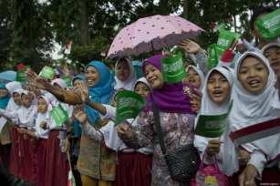 People welcome the King of Saudi Arabia Salman Bin Abdulaziz Al-Saud in Bogor, Indonesia on 1 March 2017. [Bandar Al-Galoud/ Saudi Kingdom Council]