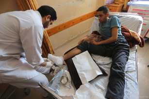 20170303_Injured-Palestinian-man-denied-exit-from-gaza-to-receive-operation-by-Israel-6