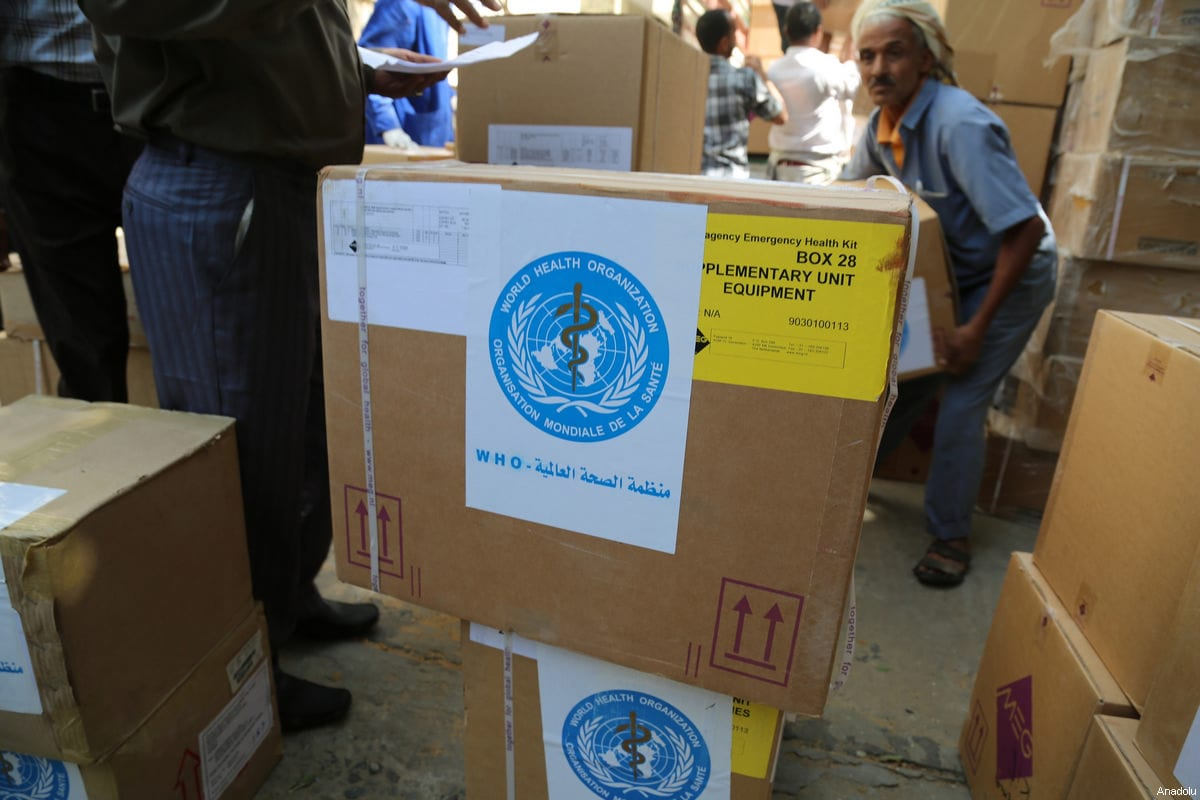 Yemeni people carry the humanitarian aids distributed by UN in Taiz, Yemen on March 4, 2017 [Abdulnasser Alseddik/Anadolu Agency]