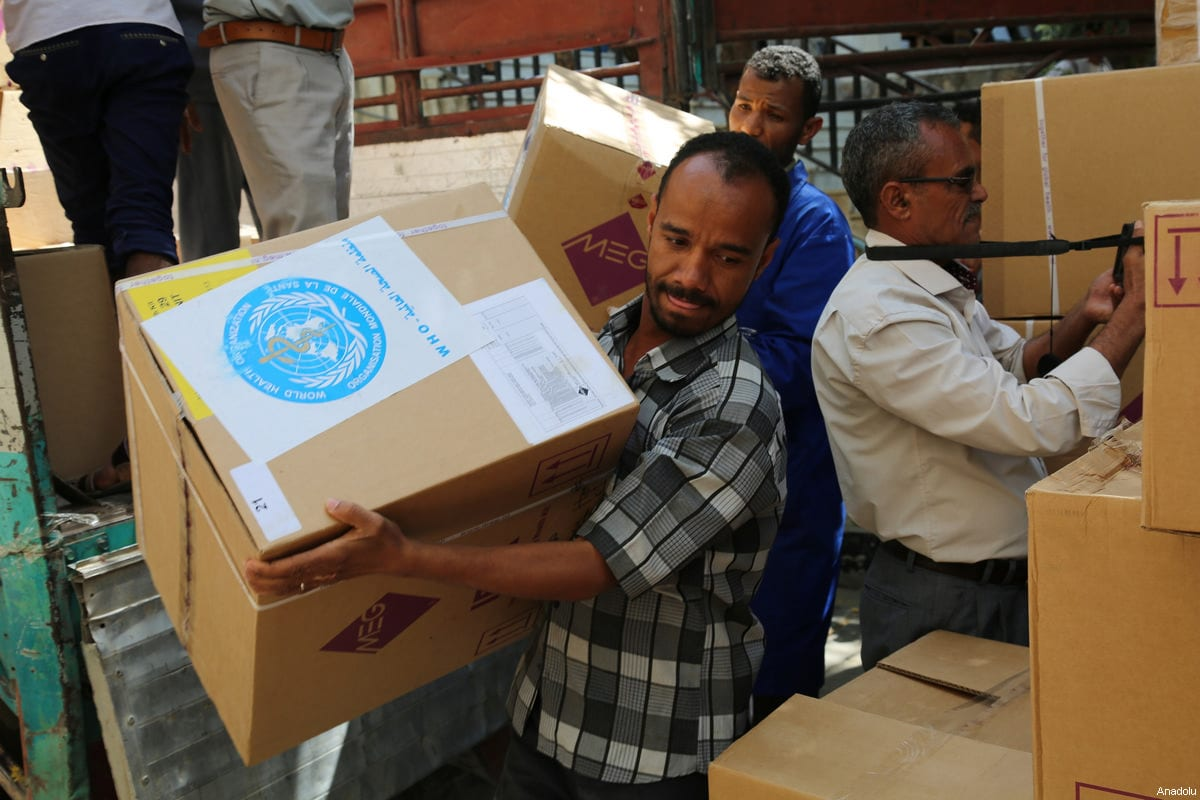 Yemeni people carry humanitarian aid packages including medical equipment and medicines distributed by United Nations at the Al Tavun hospital in Taiz, Yemen on March 4, 2017. ( Abdulnasser Alseddik - Anadolu Agency )
