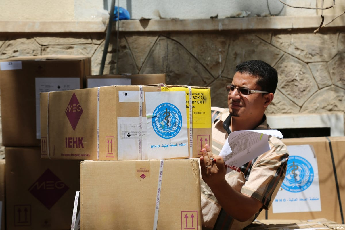 Yemeni people carry humanitarian aid distributed by United Nations in Taiz, Yemen on 4 March 2017 [Abdulnasser Alseddik/Anadolu Agency]