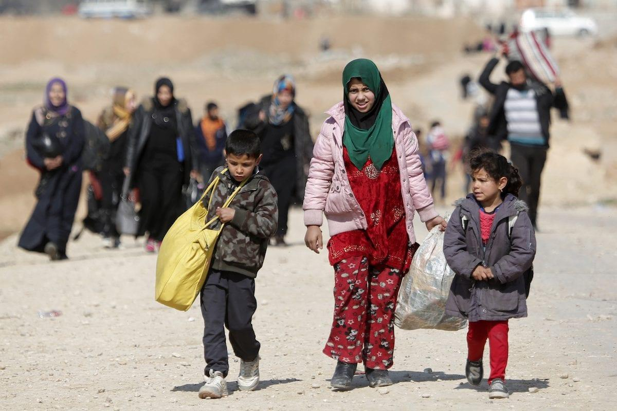 Iraqi civilians flee from the clashes between the Iraqi Army and Daesh terrorists, during the operation to retake Iraq's Mosul from Daesh in Mosul, Iraq on March 7, 2017 [Yunus Keleş / Anadolu Agency]