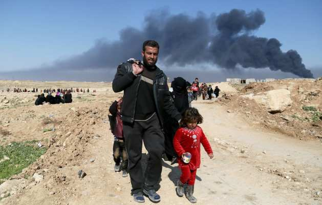 Iraqi civilians flee from the clashes between the Iraqi Army and Daesh terrorists, during the operation to retake Iraq's Mosul from Daesh in Mosul, Iraq on March 7, 2017. ( Yunus Keleş - Anadolu Agency )