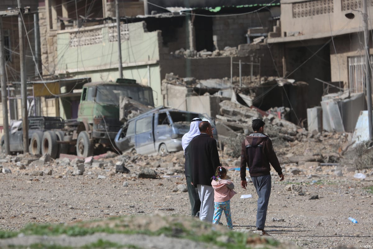 Collapsed buildings and damaged vehicles are seen during an operation to retake Mosul from Daesh, on March 12, 2017 [Hemn Baban/Anadolu Agency]