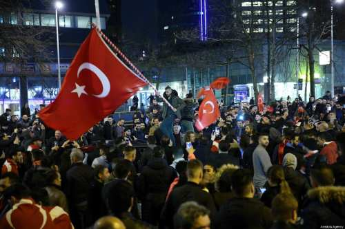Turkish citizens gather outside Turkish consulate in Rotterdam to protest after the Dutch government stopped Turkish ministers holding events in Rotterdam, Netherlands. 12 March 2017. [Dursun Aydemir/ Anadolu Agency]