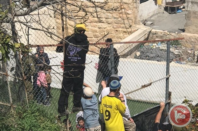 Israeli settlers attempted to raid a kindergarten in occupied Hebron whilst chanting ant-Palestinian slogans, on 12 March 2017
