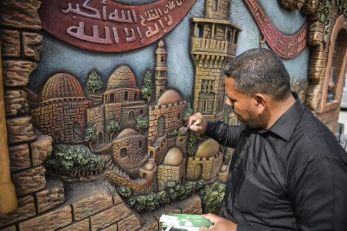 Palestinians paint 'Dome of the Rock and Al-Aqsa Mosque to the school's wall to protest against approval of the proposed Azan (call to prayer) ban law by Israel in Gaza City, Gaza on March 21, 2017. ( Mustafa Hassona - Anadolu Agency )