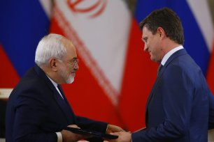 Iran's Foreign Minister Mohammad Javad Zarif (L) and Russia's Energy Minister Alexander Novak (R) attend an agreement signing ceremony following Russian-Iranian talks at the Moscow Kremlin, in Moscow, Russia on March 28, 2017. ( Sefa Karacan - Anadolu Agency )