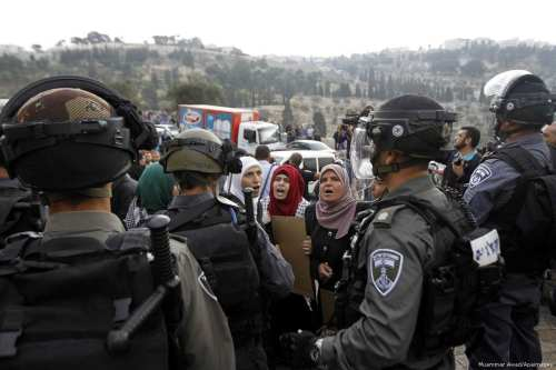 Palestinian women protest in front of Israeli forces [Muammar Awad/Apaimages]
